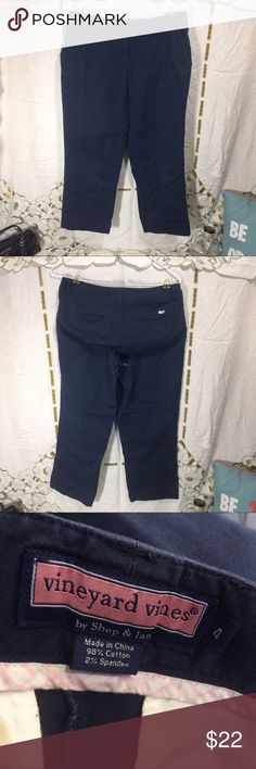"""Navy blue vineyard vines Capris Woman's size 4 navy blue vineyard vines Capris. Some wear. No pilling, holes or stains. The waist measures 15"""" flat across, the rise is 8"""" and the inseam is 25"""". Vineyard Vines Pants Capris"""