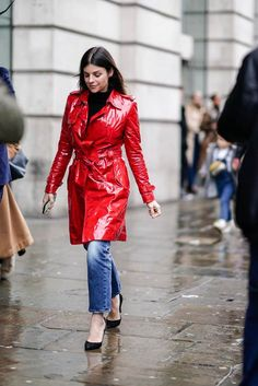 Julia Restoin Roitfeld wears a red pvc trench coat, during London Fashion Week February 2019 on February 2019 in London, England. Get premium, high resolution news photos at Getty Images Cool Street Fashion, Street Style, Julia Restoin Roitfeld, London Pictures, Pantalon Large, Black Turtleneck, Rain Wear, Facon, London Fashion