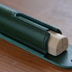 本体と底部の組み合わせは治具を使い歪みのない様に正確に組み合わせます #leatherwork #leathercraft #leather #buttero #fountainpen #fountainpencase #レザークラフト#レザーワーク#ペンケース#万年筆#万年筆ケース#革小物#革細工#革仕事