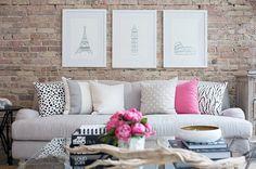 Outra forma de destacar a decoração da sala de estar é usando pôsters na parede, principalmente quando eles harmonizam com o sofá, as almofadas e as cores usadas no cômodo.