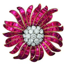 Van Cleef & Arpels Brooch Daisy , 1964 Celebrating Spring's Blooming Flowers | Jewels du Jour