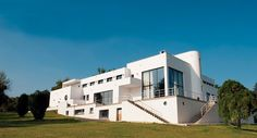 Fue iniciada por el Arq Stevens en Francia, esta villa pertenece a la arquitectura moderna. Presenta líneas rectas, implementación de formas cubicas, manejo de impactos formales en fachada, utilización de largos ventanales. Se busco que la edificación contara con una terraza que permitiera la vista al valle de sena.  Fue inspirada en el cubismo y mas tarde en el Art Deco