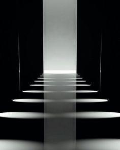 Exposição - Cenografia e Sensações  Palco de desfile de moda com iluminação lateral. #arquitetura #arte #art #artlover #archilovers #design #architecturelover #instagood #instacool #instadesign #instadaily #inspiration #projetocompartilhar #shareproject #follow #like #davidguerra #arquiteturadavidguerra #arquiteturaedesign #instabestu #architect #criative #getinspired #amazing #inspiração #cool