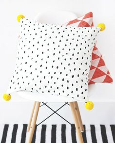 DIY cushion w pompoms Diy Inspiration, Decoration Inspiration, Decor Ideas, Pillow Inspiration, Sewing Projects, Diy Projects, Diy Couture, Diy Pillows, Ikea Pillow