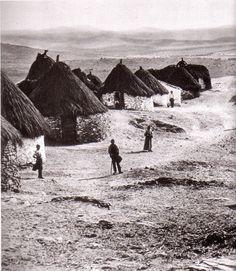Aldea en el sur de Extremadura (Foto de Kart Hielscher, 1900). España. In: Blog 'arquitecturadelpueblo'. Texto de J. L. Martín Galindo. Bella, Monument Valley, 1930s, Architects, Spanish, Europe, Natural, House, Travel
