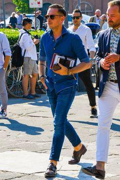 デニムシャツにジーンズを合わせたトーンオントーンコーデ