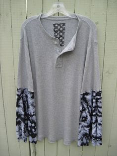 Bohemian soft gray thermal, pretty buttons and gypsy sleeves Great with jeans and nights by the fire    Bust 46 to 52    Length 32    Sleeves from