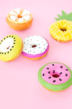 Create Your Own Snack: Deliciously Awesome Donut Decorating .- Create Your Own Snack: Deliciously Awesome Donut Decorating Ideas Create Your Own Snack: Deliciously Awesome Donut Decorating Ideas - Fancy Donuts, Cute Donuts, Dozen Donuts, Edible Spray Paint, Fruit Slices, Donut Decorations, Donut Party, Fruit Party, Delicious Donuts