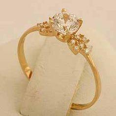 Złoty pierścionek zaręczynowy.