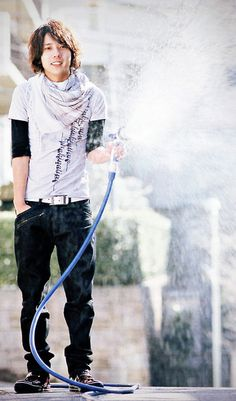 Nino would win this hose fight...he's a small target.