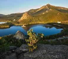 Боровое. В Казахстане есть удивительный и неповторимый по красоте уголок первозданной природы. Это страна синих гор и голубых озер — Боровое или Бурабай. Здесь расположена Щучинско-Боровская курортная зона.
