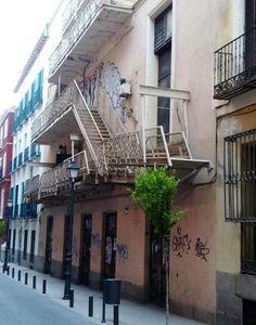 La trasera del Teatro Lara (en la Corredera Baja), donde se puede ver fumar, entre los huecos de una vieja y preciosa escalera de incendios, a los trabajadores de la sala.