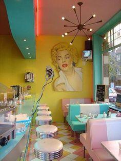 Retro diner - 53 Vintage Decor Ideas for Your Home Design Retro Vintage, Deco Retro, Vintage Space, Vintage Bar, Modern Retro, Vintage Signs, Retro Cafe, Retro Diner, Handmade Home