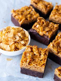 Brownies med cornflakes i saltkolasås Low Fat Vegetarian Recipes, No Bake Desserts, Dessert Recipes, Good Food, Yummy Food, Sweet Recipes, Swedish Recipes, Yummy Treats, Baking Recipes