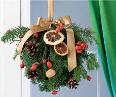 Nie kupuj gotowego stroika bożonarodzeniowego w sklepie. Zrób go samodzielnie tworząc ciekawą i niepowtarzalną ozdobę świąteczną. Oto nasz pomysł na bożonarodzeniową dekorację domu – zieloną świąteczną kulę, którą możesz zawiesić w oknie. A zrobisz ją z kilku gałązek świerkowych, odrobiny dzikiej róży, orzechów i suszonych plastrów pomarańczy. Do dzieła!