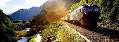 Linha ferroviária Flam, na Noruega. É uma das linhas mais íngremes do mundo em bitola normal. Sua construção se extendeu por 20 anos. Possui 20 km de extensão, 20 túneis. Começou a operar em 1940 com uma pequena locomotiva a vapor.  Fotografia: © Paal Audestad / Fjord Tours.