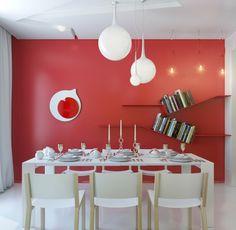 peinture salle à manger blanche avec un mur d'accent rouge, table et chaises…