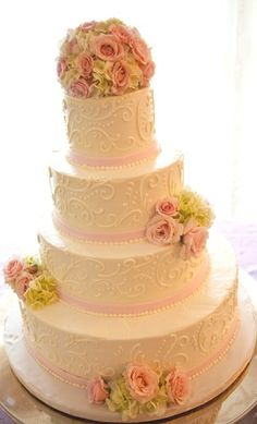 Love wedding cakes using real flowers.