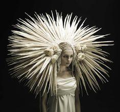 Roadkill Couture est une série de l'artiste et designer Jess Eaton, qui en 2011 a imaginé des créations étonnantes, utilisant les plumes, les os ou les four