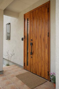 無垢の樹でしょうか?玄関ドア開けるの大変そう、大きな家具を買ってもここから入る