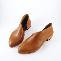 The Sandy is a gracefully, sculptural, minimal flat that flatters every foot! My modern translation of the ballet flat and dorsay combined. This is made of a beautiful classic tan. I dare you to wear