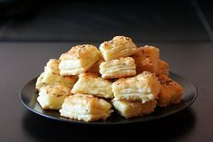 Syrové pagáče Czech Recipes, Ethnic Recipes, Naan Flatbread, Simply Recipes, Rolls Recipe, Cauliflower, Macaroni And Cheese, Appetizers, Food And Drink
