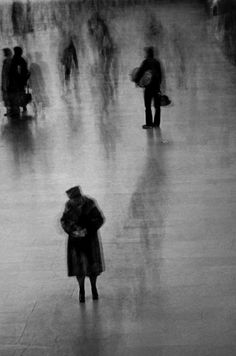 arpeggia:    Erich Hartmann -Hurrying travellers in Grand Central Station,New York, 1976