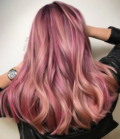 "27 Rose Gold Hair Color Ideas That Make You Say ""Wow!"", Rose Gold Hair Color Gold Pink Hair Colors Fashion for certain colors and shades can walk in a circle for several years or regularly come back into us. Cabelo Rose Gold, Rose Gold Hair, Gold Hair Colors, Hair Color Pink, Hair Colors For Blondes, Strawberry Blonde Hair, Grunge Hair, Ombre Hair, Ombre Rose"