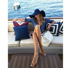 Elle MacPherson shows off her toned tummy and impossibly long legs Elle Macpherson, Yachting Club, Estilo Navy, Toned Tummy, Brooklyn Decker, Parisienne Chic, Paris Match, Boating Outfit, Sailing Outfit