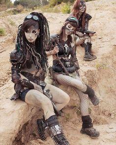 Post-Apocalyptic Fashion — postapocalyptic-world: Wasteland Beauties Shot. Post Apocalypse, Apocalypse World, Apocalypse Costume, Post Apocalyptic Girl, Post Apocalyptic Costume, Cyberpunk, Mode Steampunk, Steampunk Fashion, Mad Max Costume