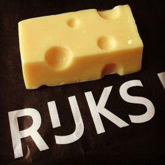 Dit smakelijke stukje kaas is echt NIET TE ETEN!. Maar wel heel grappig om cadeau te geven of krijgen. Het is een heerlijk geurend stukje zeep. Nee, het meurt niet naar kaas maar het geurt bloemig.