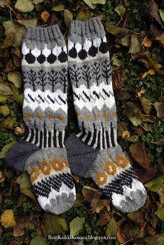 Muitaihania syyssukat valmistuivat ihan aikataulussa. Kirjoneule ei edelleenkään ole minun juttu, mutta selvisin kuitenkin. Lankoina Novi... Crochet Socks, Knitting Socks, Knit Crochet, Knitting Projects, Knitting Patterns, Wool Socks, Fair Isle Knitting, Crochet Chart, Space Crafts