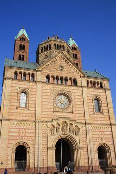 Alemania 02 Catedral de Spira Fundada por Conrado II en 1030 y remodelada a fines del siglo XI, la Catedral de Spira es una basílica de cuatro torres y dos cúpulas