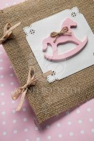 Μένη Ρογκότη - Χειροποίητα προσκλητήρια βάπτισης για κορίτσι με ροζ ξύλινο αλογάκι