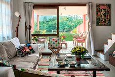 Pertencente a pescadores, a construção simples, cercada de verde, seduziu um casal de visitantes, que reinventou o projeto e fez dele seu doce lar.