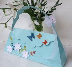 Posetute din carton cu flori si fluturi