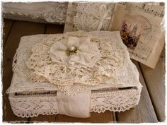 10 Portentous Cool Tips: Shabby Chic Bedding Dollhouse Miniatures shabby chic nursery furniture. Cajas Shabby Chic, Shabby Chic Boxes, Shabby Chic Crafts, Shabby Chic Style, Shabby Chic Furniture, Nursery Furniture, Shabby Vintage, Vintage Crafts, Palettes Murales