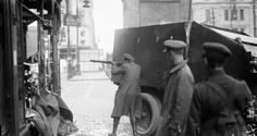 Irish Free State soldiers in action at O'Connell Street, Dublin during the civil war. Ireland Pictures, Old Pictures, Old Photos, Vintage Photos, Ireland 1916, Dublin Ireland, Irish Free State, Irish Independence, Michael Collins