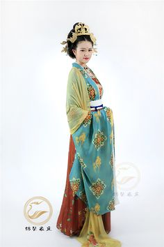 锦瑟衣庄 Jinse Yizhuang's new designs of ceremonial Hanfu 唐制礼服 following the fashion trend of Tang Dynasty. Authentic Tang Dynasty style weddings use green for the bride (pre-Tang use black for groom, Tang and post-Tang use red for groom). They also designed Hanfu in other colors for personal preferences.