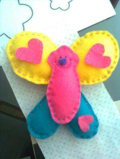 alegre mariposa hecha de paño lenci y rellena con napa.