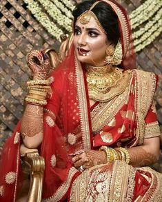 Traditional red saree with intricate gold borders and heavy jewellery ! Indian Wedding Bride, Bengali Wedding, Saree Wedding, Wedding Attire, Desi Wedding, Wedding Ideas, Wedding Veil, Bridal Lehenga, Lehenga Choli