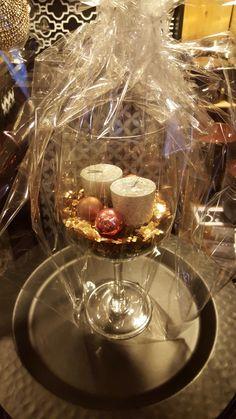 Déco de table noel dans un verre à vin XXL