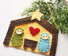 Away in a Manger Ornament | AllFreeHolidayCrafts.com What a great focal embellishment for a Christmas Card - then can be removed and used as an ornament!