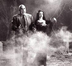 """Außerirdische und Untote brachte Regisseur Ed Wood 1959 in einem einzigen Film unter. """"Plan 9 from outer space"""" genießt heute Kultstatus - weil Trickeffekte, Schauspieler und nicht zuletzt die Handlung so unglaublich mies sind: Unzerstörbare Untertassen erwecken Tote zum Leben, die mordend durch die Gegend ziehen. Dabei haben die Außerirdischen eigentlich nur Gutes im Sinn - sie wollen die Menschheit von der Fertigstellung einer alles zerstörenden Waffe ..."""