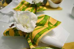 A mistura do guardanapo de tecido com o de papel. Gosto muito de utilizar essa sobreposição, pois permite mil variedades, enriquecendo a decoração da mesa, sem ter necessariamente que possuir muitos guardanapos de tecido. Nas lojas sempre tem opções lindas de guardanapos de papel por um precinho bem camarada.