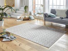 Moderní designový kusový koberec Bouton z kolekce Shine od výrobce Mint Rugs ozdobí každý moderní obývací pokoj. Koberec v odstínech šedé barvy se celý lehce leskne a jeho design je lehce vystouplý v 3D efektu. Je vyroben ze 100% viskózy a je tedy měkký a příjemný. Tato novinka pro sezonu 2018/2019 je u nás k dispozici v několika různých rozměrech, takže si vybere opravdu každý. Shinee, Blue Grey, Contemporary, Rugs, Products, Home Decor, Design, Button, Asylum