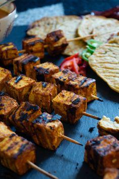 Tandoori Tofu mit würzigen Naan-Broten aus Kochbananen. Die Naans sind glutenfrei, vegan, paleo und super lecker! Tofu, Low Carb, Super, Paleo, Gluten Free Snacks, Gluten Free Naan, Vegan Main Dishes, Protein Rich Recipes, Vegan Meals