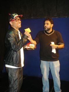 El ganador recibiendo su regalo,después de una gran participación.
