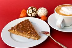 Csokis, karamellás mandulatorta: egyszerre puha, roppanós és krémes - Recept   Femina Pinocchio, Waffles, French Toast, Pie, Breakfast, Food, Street, Kitchen, Caramel