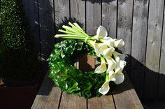 Inexpensive Flower Arrangements, Modern Flower Arrangements, Black Wreath, Cemetery Flowers, Funeral Arrangements, Sympathy Flowers, Funeral Flowers, Garden Projects, Fresh Flowers